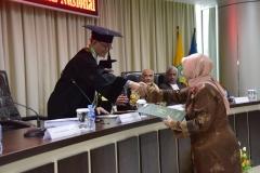 Sdr Any Hindrianty sedang menerima ijazah dari promotor, Prof. Dr. Nazarudin Syamsudin