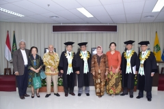 (kiri-kanan) Dr. TB. Massa Djafar, Dr. Mohammad Noer, MA, Prof. Dr. Maswadi Rauf, MA, Prof. Dr. Eko Sugiyanto, M.Si, Sdr Dr. Any Hindrianty, dr Astra Parahita, Sp. A, Prof. Dr. Nazarudin Syamsudin, Prof. Dr. Rusafi Kantaprawira, S.H. sedang melakukan foto bersama diakhir acara sidang doktoral