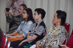para kerabat dan keluarga dari Dr. Any Hindrianty sedang menyaksikan prosesi sidang senat terbuka doktoral Sdr Any, di Jakarta (21/3).