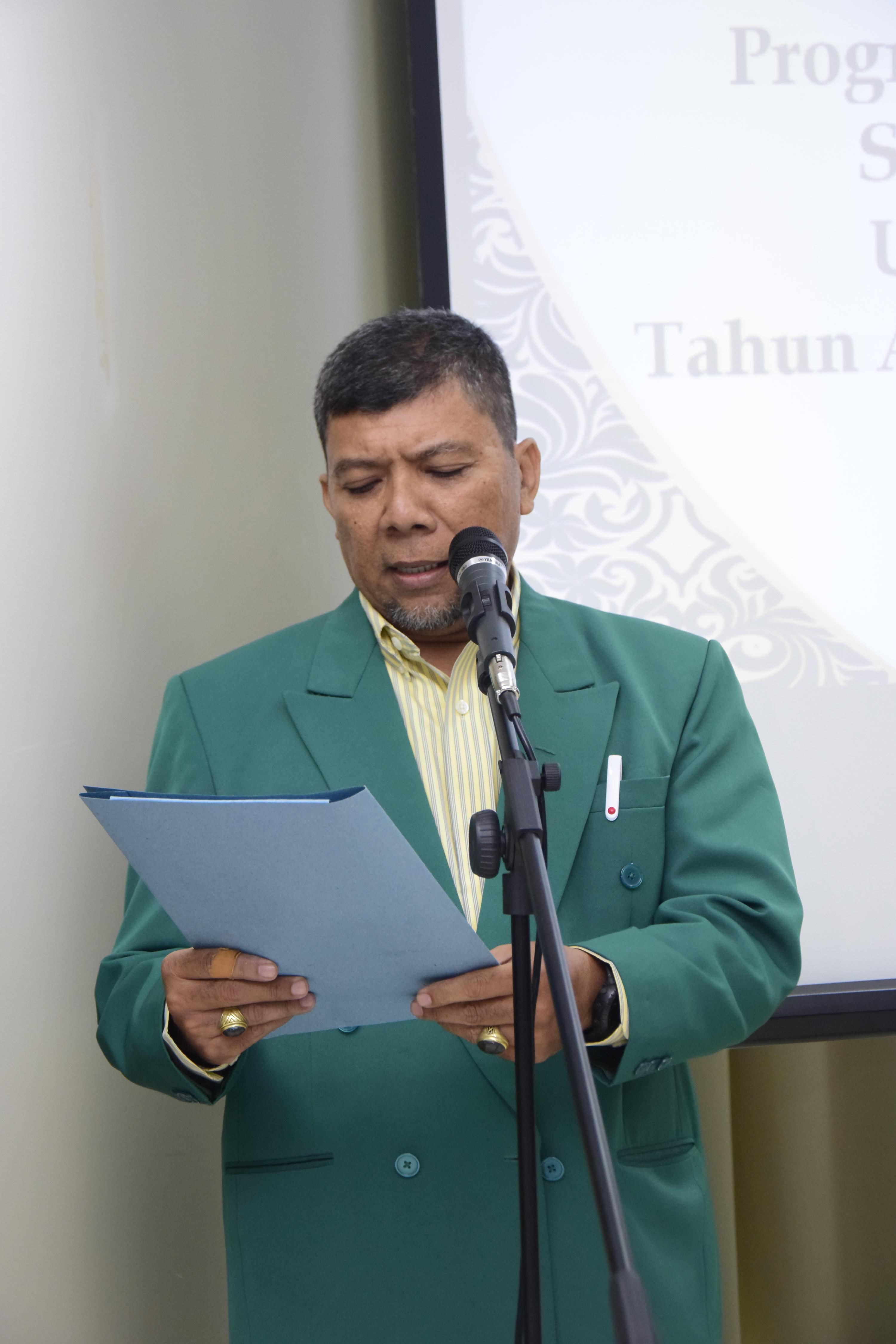 Master of Ceremony sedang memandu acara sidang doktoral Sdr. Muhammad Habib di Menara UNAS Ragunan, di Jakarta (21/3).