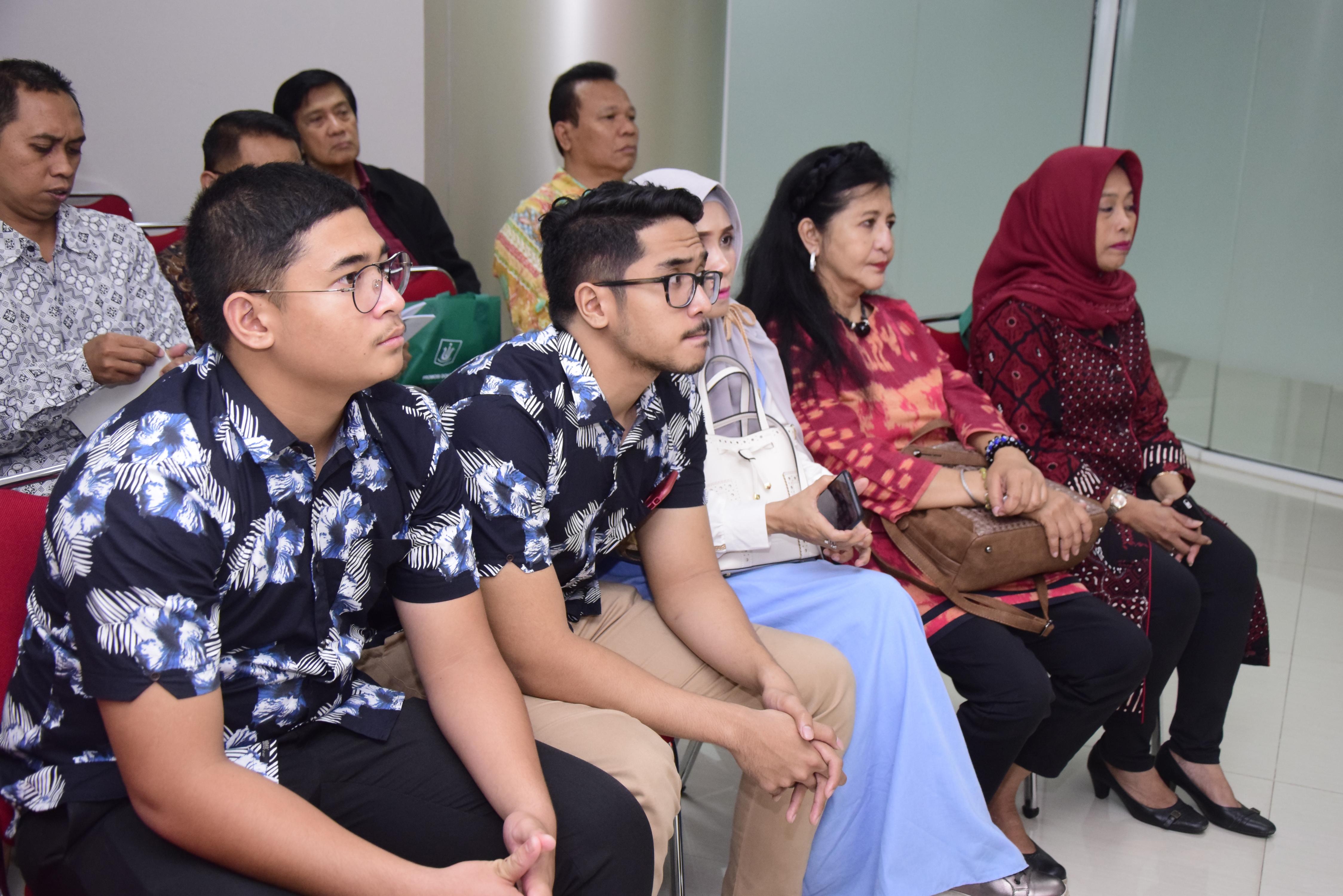 para tamu undangan dan keluarga Sdr. Dr. Muhammad Ramdan sedang menyaksikan prosesi sidang senat terbuka, di Jakarta (21/3).