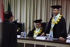 promotor, Prof. Dr. Nazarudin Syamsudin sedang membacakan hasil sidang doktoral kepada Sdr Dr. Muhammad Ramdan, di Jakarta (21/3).