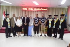 (kiri-kanan) Prof. Dr. Umar Basalimn,DES, Dr. TB. Massa Djafar, Dr. Diana Fawzia, M.A, Dr. Muhammad Ramdan, Vera Awallina (istri Ramdan), Kamil Rafif Fajri (anak kedua Ramdan), Kemal Ichsan Prakasa (anak pertama Ramdan), Prof. Dr. R. Siti Zuhro, M.A, Prof. Dr. Maswadi Rauf, M.A, Prof. Dr. Nazarudin Syamsudin sedang melakukan sesi foto bersama usai acara sidang senat terbuka Muhammad Ramdan, di Jakarta (21/3).