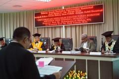 Sdr. Umar Harun saat mempresentasikan hasil disertasi didepan para guru besar