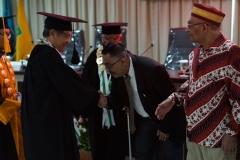 Pemberian ucapan selamat kepada Dr. Umar Harun yang telah di kukuhkan menjadi doktor ilmu politik ke 15 UNAS