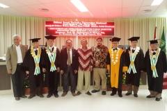 Foto bersama Dr. Umar Harun beserta para guru besar dan keluarga setelah sidang promosi doktor selesai
