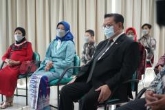 Anggota Dewan Pertimbangan Presiden (Wantimpres) Republik Indonesia Dr. (HC). dr. H.R. Agung Laksono (kanan) bersama Istri dan Ibunda dari  Dr. Drs. Ganjar Razuni, S.H., M.Si.  dalam acara sidang promosi doktor bidang ilmu politik, Jumat 27 Agustus 2021