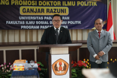 Anggota Dewan Pertimbangan Presiden (Wantimpres) Republik Indonesia Dr. (HC). dr. H.R. Agung Laksono saat memberikan ucapan selamat kepada Dr. Drs. Ganjar Razuni, S.H., M.Si. pada acara sidang promosi doktor bidang ilmu politik, Jumat 27 Agustus 2021