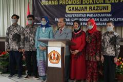 Foto bersama keluarga besar Dr. Drs. Ganjar Razuni, S.H., M.Si. setelah acara sidang promosi doktor bidang ilmu politik  pada Jumat. 27 Agustus 2021