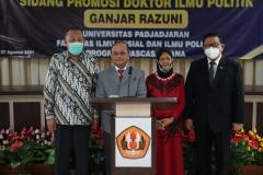 Foto bersama setelah acara sidang promosi doktor bidang ilmu politik Dr. Drs. Ganjar Razuni, S.H., M.Si pada Jumat. 27 Agustus 2021