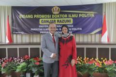 Foto bersama Dr. Drs. Ganjar Razuni, S.H., M.Si . (kiri) dengan Ibunda (kanan) dalam acara sidang promosi doktor bidang ilmu politik pada Jumat. 27 Agustus 2021