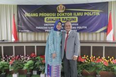 Foto bersama Dr. Drs. Ganjar Razuni, S.H., M.Si . (kiri) dengan Istri (kanan) dalam acara sidang promosi doktor bidang ilmu politik pada Jumat. 27 Agustus 2021