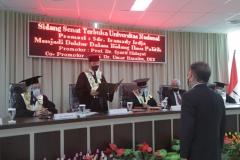 Pembacaan keputusan kelulusan oleh Prof. Dr. Syarif Hidayat pada Sidang Promosi Doktor Program Ilmu Politik  Sekolah Pascasarjana UNAS atas nama Iramady Irdja pada Kamis, 23 September 2021