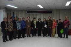 foto bersama para tamu undangan, dosen, dan sdr. Teddy Suratmadji usai sidang doktoral