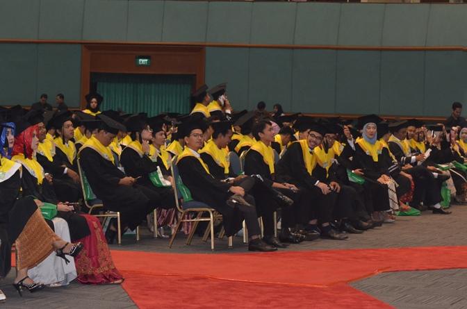 Kemeriahan wisudawan dan wisudawati dalam acara sidang senat terbuka di JCC