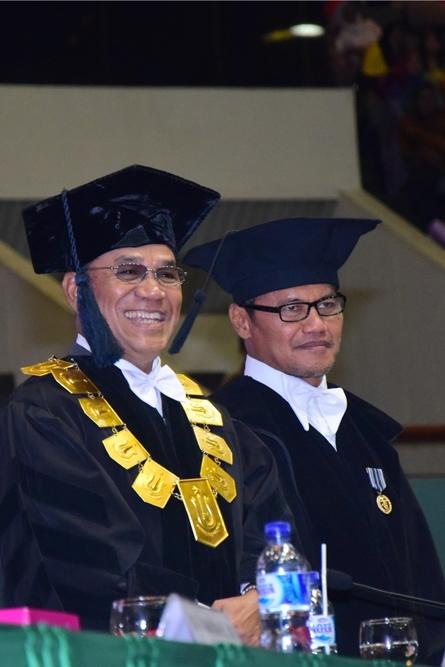 Rektor UNAS dan Prof. Ainun Na'im dalam acara wisudawan dan wisudawati UNAS di JCC