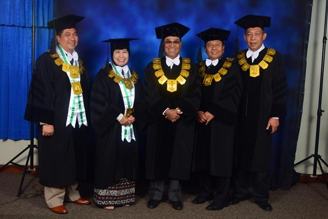 Rektor UNAS dan para petinggi universitas sedang melakukan sesi foto bersama dalam acara sidang senat terbuka wisudawan dan wisudawati di JCC