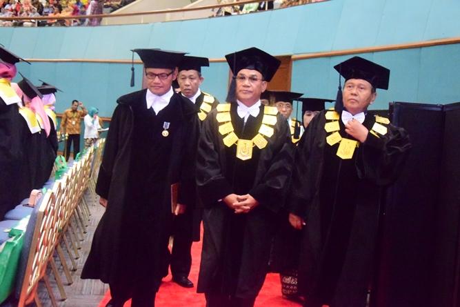 Rektor unas memasuki tempat pelepasan didampingi oleh petinggi universitas