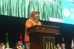 koordinator kopertis wilayah 3 ibu Illah saat sedang memberikan sambutannya dalam acara sidang senat terbuka
