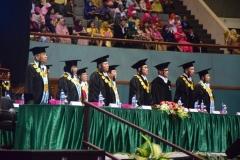 para petinggi universitas saat menyanyikan lagu indonesia raya dan mars unas pada pembukaan sidang senat terbuka di JCC