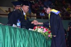Rektor UNAS saat menyematkan cincin emas kepada wisudawati teerbaik