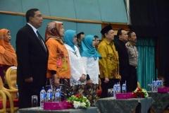 para dosen UNAS saat menyanyikan lagu Indonesia Raya dan mars UNAS dalam acara sidang senat terbuka