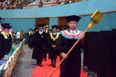 rektor dan para petinggi universitas saat memasuki tempat pelepasan wisudawan dan wisudawati