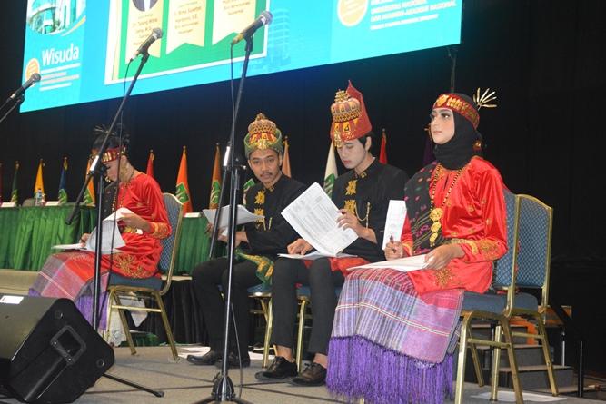 master of ceremony dalam acara sidang senat terbuka wisudawan dan wisudawati di JCC