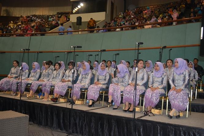 paduan suara dalam acara sidang senat terbuka wisudawan dan wisudawati di JCC