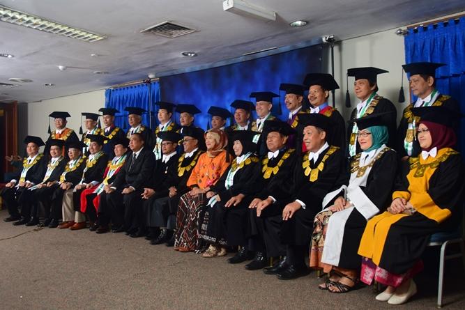 para petinggi fakultas dan universitas dalam acara sidang senat terbuka saat melakukan sesi foto bersama