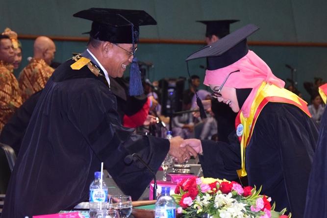 pemindahan tali oleh Rektor terhadap wisudawati UNAS