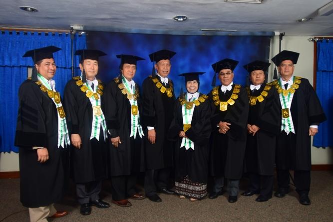 petinggi universitas saat melakukan foto bersama dalam acara sidang senat terbuka di JCC