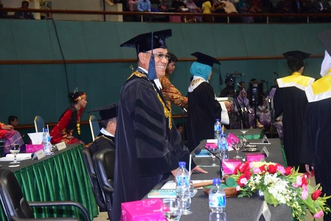 rektor universitas nasional dalam acara sidang senat terbuka wisudawan dan wisudawati di JCC