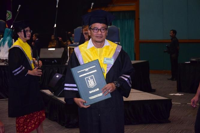 salah satu lulusan dalam acara sidang senat terbuka