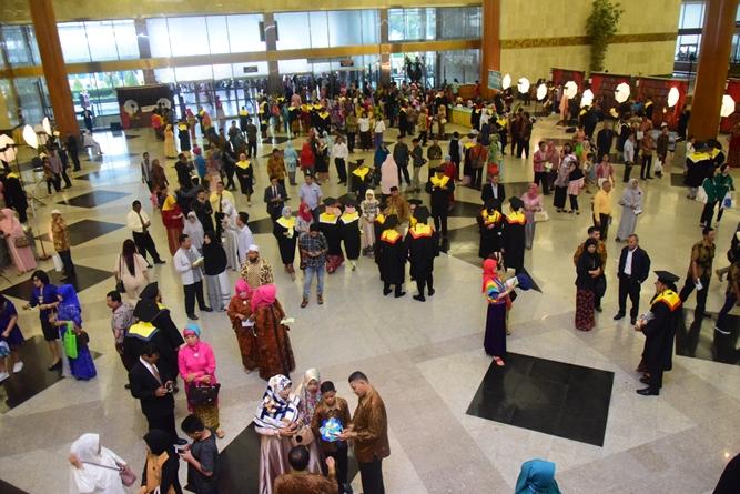 wisudawan dan wisudawati sudah memenuhi gedung JCC dalam acara sidang senat terbuka