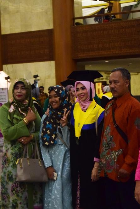 wisudawati dan orangtuanya dalam acara sidang senat terbuka periode genap di JCC