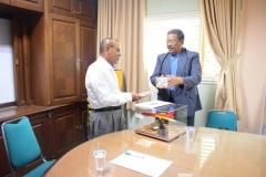Unas_ Alumni teknik fisika saat memberikan cenderamata untuk Rektor