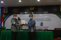 Penyerahan-Cinderamata-oleh-Warek-1-kepada-Prof.-Eko-Kuswandono-Budiarjo-dari-Fakultas-Ilmu-Komputer-Universitas-Indonesia-FASILKOM-UI