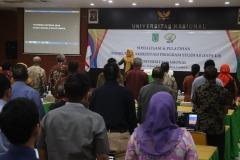 dirigen sedang memimpin menyanyikan lagu Indonesia Raya dalam acara sosialisasi di Aula Unas