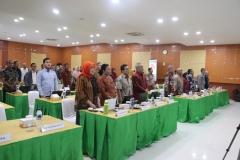 para peserta sosialisasi sedang menyanyikan lagu kebangsaan Indonesia Raya dalam pembukaan sosialisasi