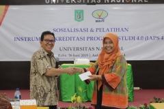 pemberian hadiah dari panitia kepada salah satu peserta yang hadir dalam sosialisasi (2)