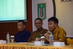 (Kiri-Kanan) Warek III Dr. Drs. Zainul Djumadin, M.Si.,Direktur Akparnas Eddy Guridno, S.E., M.Si.M., Warek II Dr. Drs. Eko Sugiyanto, M.Si., saat menjelaskan fungsi dosen