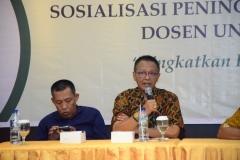 (Kiri-Kanan) Warek III Dr. Drs. Zainul Djumadin, M.Si.,Direktur Akparnas Eddy Guridno, S.E., M.Si.M. saat menjelaskan fungsi dosen