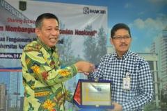 Pemberian Plakat oleh Pimpinan BRI Cabang Pasar Minggu kepada Warek Bidang Kemahasiswaan Dr. Drs. Zainul Djumadin, M.Si