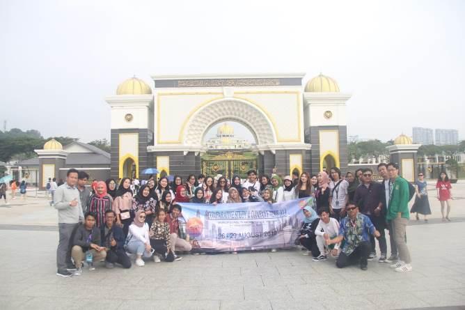 selain berkunjung ke perusahaan, mahasiswa juga berkunjung ke istana negara malaysia