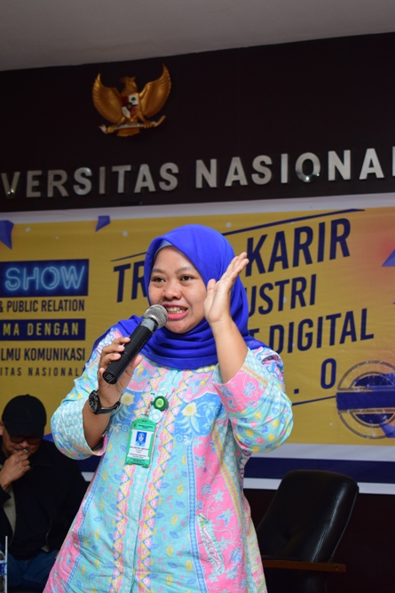 Manager Marketing Public Relations (Dian Metha Ariyanti, S.Sos., M.Si.) Memberian Materi