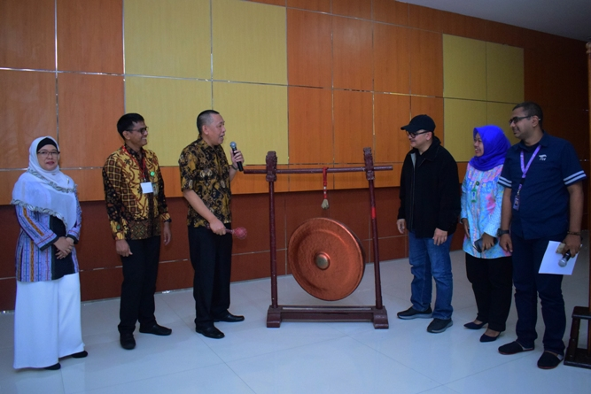 Pembukaan acara dengan pemukulan gong (1)