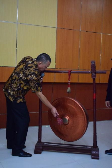 Pembukaan acara dengan pemukulan gong (2)