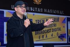 Produser VOA-Alumni UNAS Naratama Rukmananda Sedang Memberikan Materi (2)