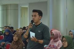 salah satu peserta yang mengajukan pertanyaan kepada narasumber